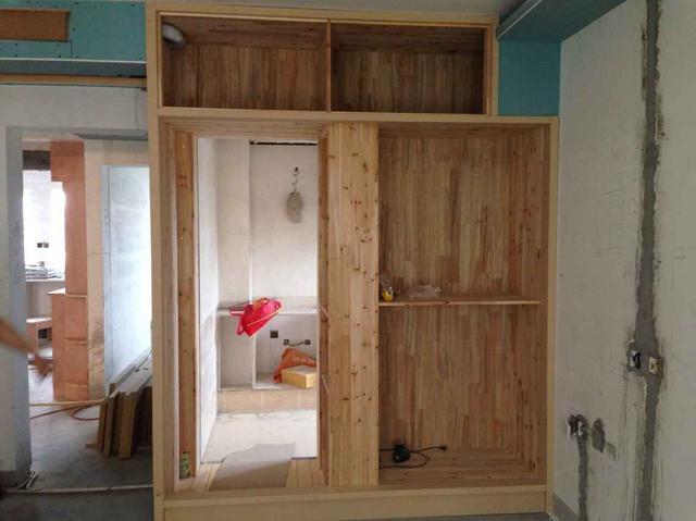 卫生间门隐藏在衣柜中,小户型就是要好好规划