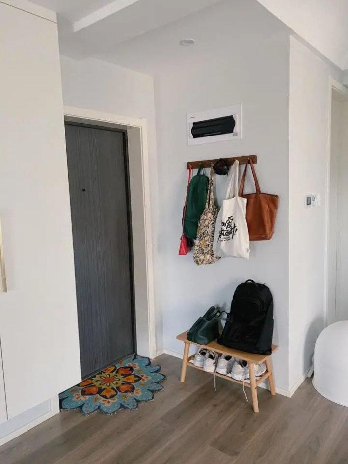 65平小户型装修设计,墙面重色调的搭配,提升整体空间格调
